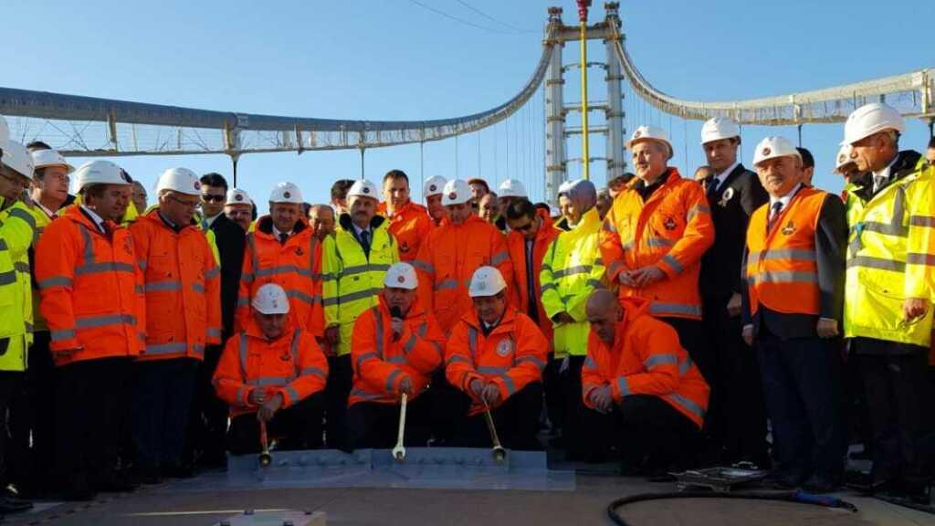 Osman Gazi Köprüsü'nün adının Cumhurbaşkanı Erdoğan tarafından ilk defa halka duyurulduğu gün. O zamanlar Başbakan Ahmet Davutoğlu, Ulaştırma Denizcilik ve Haberleşme Bakanı ise Binali Yıldırım'dı.